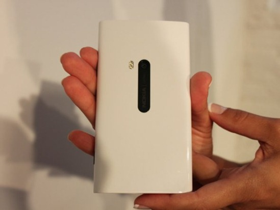 heres-a-look-at-the-back-the-pureview-camera-excels-at-taking-photos-in-low-light-situations